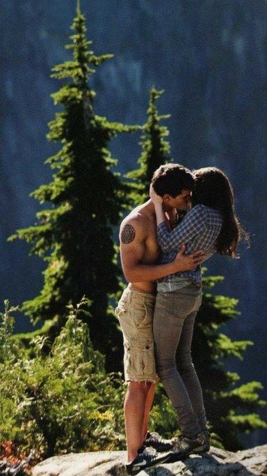 Twilight Eclipse, Taylor Lautner stars as Jacob Black and Kristen Stewart stars as Bella Swan
