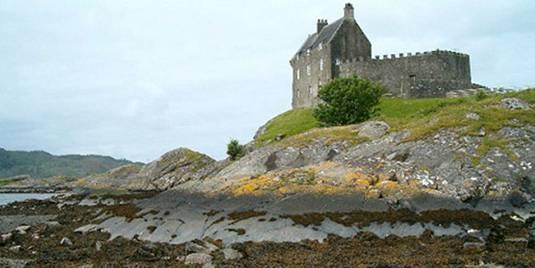 http://www.filmofilia.com/wp-content/uploads/2011/10/Duntrune-Castle-Scotland.jpg